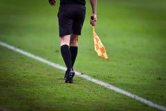 Árbitro assistente durante o fósforo de futebol Fotos de Stock
