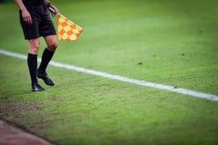 Árbitro assistente durante o fósforo de futebol Foto de Stock