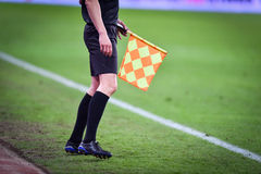 Árbitro assistente durante o fósforo de futebol Foto de Stock Royalty Free