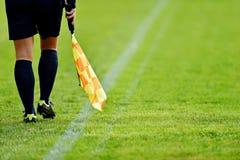 Árbitro assistente no campo de futebol Fotografia de Stock Royalty Free