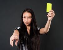 Árbitro atractivo del fútbol con la tarjeta amarilla Imagen de archivo libre de regalías
