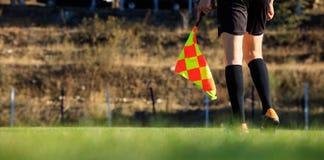 Árbitro auxiliar del fútbol en el campo Foto de archivo libre de regalías