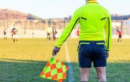 Árbitro auxiliar del fútbol en la acción Foto de archivo libre de regalías