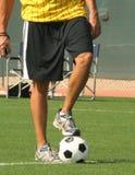 Árbitro com a esfera de futebol Imagem de Stock Royalty Free