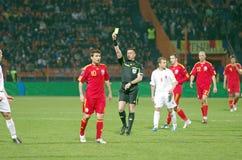 Árbitro del fútbol con la tarjeta amarilla Foto de archivo libre de regalías