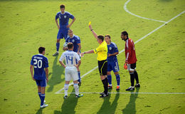Árbitro del fútbol con la tarjeta amarilla Fotos de archivo