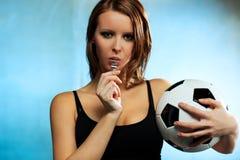 Árbitro del fútbol de la mujer joven Foto de archivo libre de regalías