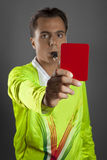 Árbitro del fútbol en la camisa amarilla que muestra la tarjeta roja Fotos de archivo