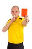 Árbitro del fútbol que le muestra la tarjeta roja Foto de archivo