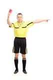 Árbitro enojado del fútbol que muestra una tarjeta roja imagen de archivo