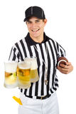 Árbitro: Guardando o punhado de canecas de cerveja Imagens de Stock Royalty Free