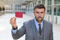Árbitro que mostra um cartão com autoridade fotos de stock royalty free