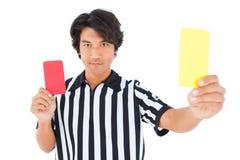 Árbitro severo que muestra la tarjeta amarilla foto de archivo libre de regalías