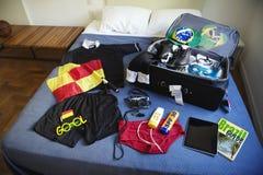 Árbitro Suitcase Packed del fútbol para el viaje al Brasil Imágenes de archivo libres de regalías