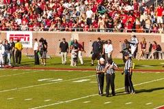 Árbitros en el partido de fútbol de la universidad Imágenes de archivo libres de regalías