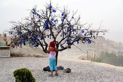 Árbol adornado con los males de ojo, en el valle de Uchisar en Cappadocia, Turquía Imagen de archivo libre de regalías