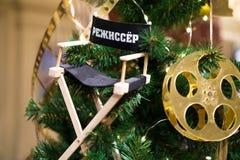 Árbol adornado de Chrismas, pino, Año Nuevo Se traduce la palabra - director de cine, cineasta fotografía de archivo libre de regalías