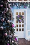 Árbol adornado del Año Nuevo en patio del invierno Fotografía de archivo libre de regalías