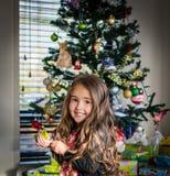 Árbol adornado el día de la Navidad fotos de archivo