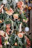 Árbol adornado, fondo de la Navidad y del Año Nuevo de la Navidad Foto de archivo