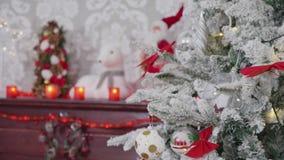 Árbol adornado la Navidad hermosa con una chimenea al lado de ella metrajes