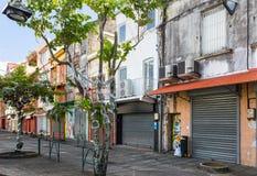 Árbol adornado por un día de fiesta del Año Nuevo en la ciudad tropical de las FO Foto de archivo libre de regalías