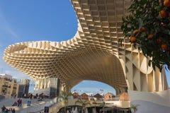 Árbol anaranjado delante de la seta en Sevilla imagenes de archivo