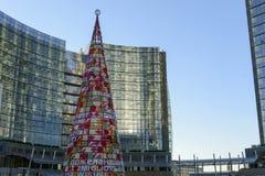 Árbol artificial de Navidad en el eje #1, Milán del negocio Foto de archivo libre de regalías