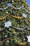 Árbol brillantemente adornado del Año Nuevo en la calle Imagen de archivo libre de regalías