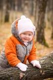 Árbol cerca caido adorable del retén del bebé Imagenes de archivo