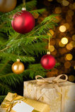 Árbol, chucherías y regalos de la decoración de la Navidad Fotografía de archivo