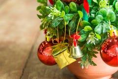 Árbol con las bolas coloridas y Año Nuevo del concepto de las cajas de regalo Fotos de archivo libres de regalías