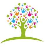 Árbol con las manos y los corazones Imagen de archivo