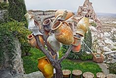 Árbol con los potes de cerámica viejos en Goreme, Cappadocia Foto de archivo libre de regalías