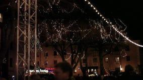 Árbol con una decoración de las luces de la Navidad en la noche almacen de video