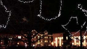Árbol con una decoración de las luces de la Navidad en la noche metrajes