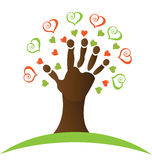Árbol con una mano y una insignia de los corazones Imagen de archivo
