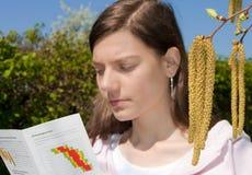 Árbol de abedul de la mujer de la alergia Imágenes de archivo libres de regalías