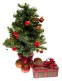 Árbol de abeto adornado de la Navidad con los regalos Foto de archivo