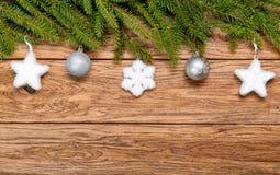 Árbol de abeto adornado de la Navidad en un tablero de madera Imágenes de archivo libres de regalías