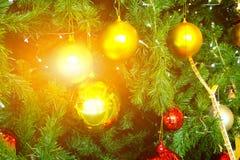 Árbol de abeto adornado de la Navidad con las llamaradas Imagen de archivo libre de regalías