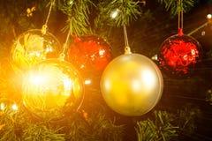 Árbol de abeto adornado de la Navidad con las llamaradas Imagen de archivo