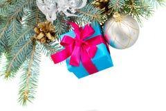 Árbol de abeto azul con la caja de regalo Imágenes de archivo libres de regalías