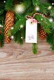 Árbol de abeto con la etiqueta de la Feliz Navidad para el 24 de diciembre Foto de archivo libre de regalías