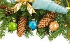 Árbol de abeto con las decoraciones y los conos de la Navidad Foto de archivo