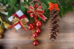 Árbol de abeto con los juguetes de la Navidad Imágenes de archivo libres de regalías