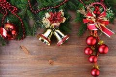 Árbol de abeto con los juguetes de la Navidad Imagen de archivo libre de regalías