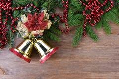 Árbol de abeto con los juguetes de la Navidad Fotografía de archivo libre de regalías