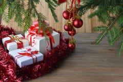 Árbol de abeto con los juguetes de la Navidad Imagenes de archivo