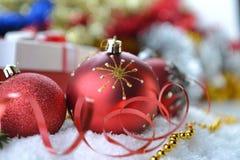 Árbol de abeto con los juguetes de la Navidad Foto de archivo